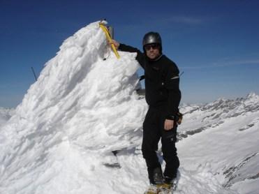 Ich beim schneeverwehten Gipfelkreuz