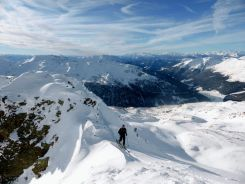 Mit Ski über den Grat
