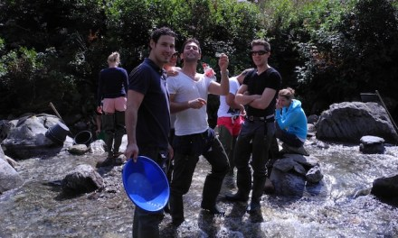 Sandro Cavegn beim Goldwaschen