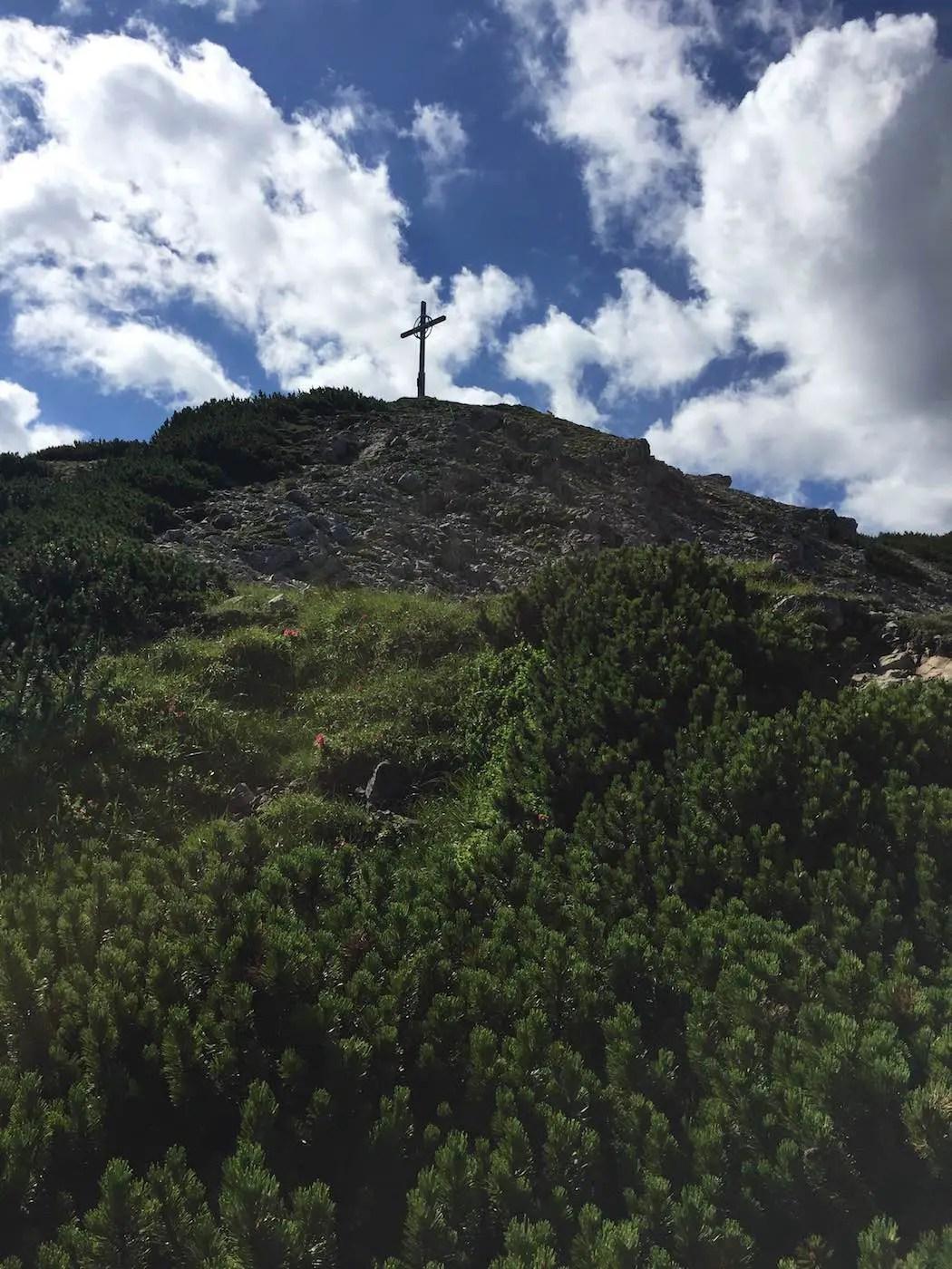 Abstieg nach Zöblen, Blick zurück zum Gipfel der Rohnenspitze