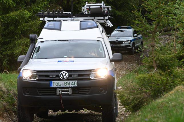 Bergrettungsfahrzeug und Einsatzleitwagen auf dem Weg zu einem Einsatz