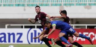 Dua pemain PSM, Marc Klok (kiri) membayangi pemain Lao Toyota FC, Kazuo Honma (tengah) dibayangi pemain PSM, Taufik Hidayat pada pertandingan grup H AFC Cup di Stadion Pakansari, 13 Maret 2019. (Foto: AFC)
