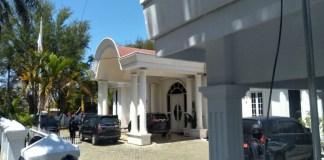 Tipikor Polda Sulawesi Selatan menggeladah Rumah Jabatan Wakil Bupati Kabupaten Bone Ambo Dalle yang beralamat di Jl WR. Monginsidi Watampone. (BERITA.NEWS/Andi adi)