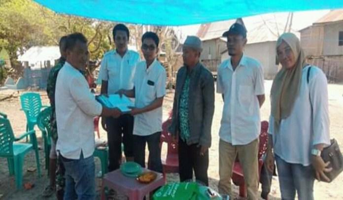Tim Jemput Disdukcapil Jeneponto bersama Plt Kepala Kelurahan Bontorannu Muslimin jemput data Adminduk di pulau Libukang. (BERITA.NEWS/Muh Ilham).