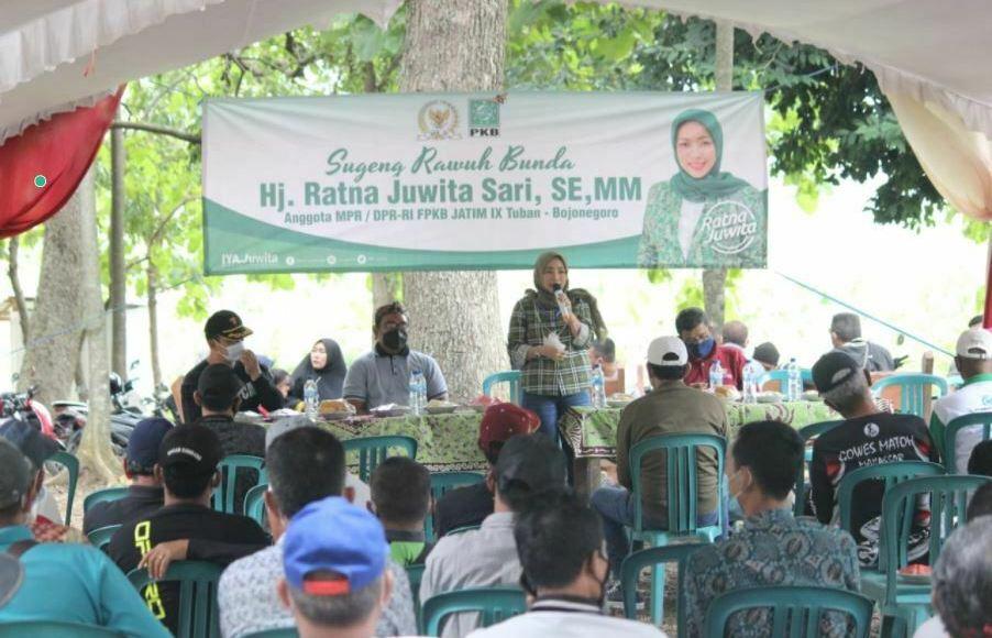 Ratna Juwita Menanam Pohon