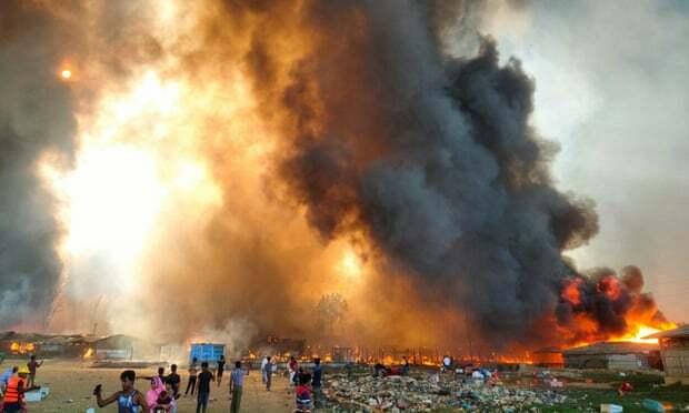 Asap mengepul di lokasi kamp pengungsi Rohingya tempat kebakaran terjadi di Cox's Bazar, Bangladesh, pada hari Senin (23/03). Foto: Reuters