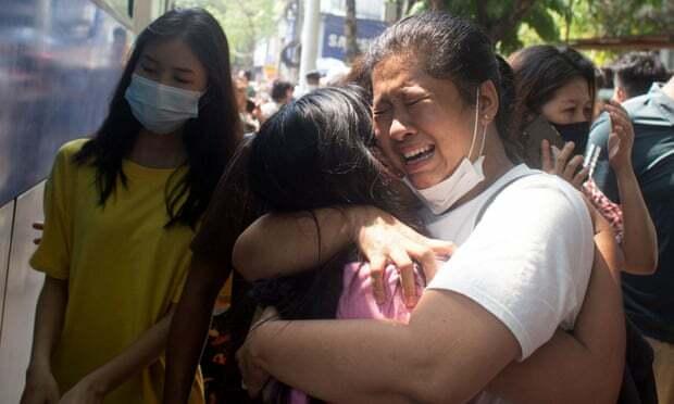 Demonstran Myanmar yang ditahan selama demonstrasi anti-kudeta dibebaskan di kantor polisi kotapraja Tamwe di Yangon. Foto: Reuters
