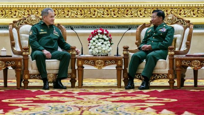 Menteri Pertahanan Rusia Sergei Shoigu (kiri) dan Panglima Angkatan Bersenjata Myanmar Min Aung Hlaing. Foto: Vadim Savitsky / Kantor Pers Kementerian Pertahanan Rusia / TASS