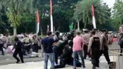 Sampai Pingsan, Mahasiswa Dihajar Polisi saat Unjuk Rasa