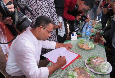 Anies saat tandatangani 10 Kontrak Politik Dengan Warga Bukit Duri.