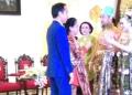 Presiden Jokowi dan Ibu Iriana saat berikN SELMt kepada kedu mempelai.