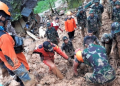 Basarnas beserta personil gabungan melakukan pencarian korban tanah longsor di Desa Sirnaresmi, Kecamatan Cisolok, Kabupaten Sukabumi, Jawa Barat.