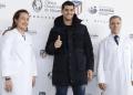 Alvaro Morata (tengah) setelah menjalani tes medis bersama Atletico Madrid.