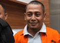 Polisi menggiring Bagus Bawana Putra, tersangka kasus berita hoax saat Rilis berita hoax 7 kontainer surat suara tercoblos di Divisi Humas, Mabes Polri, Jakarta, Rabu 9 Januari 2019.