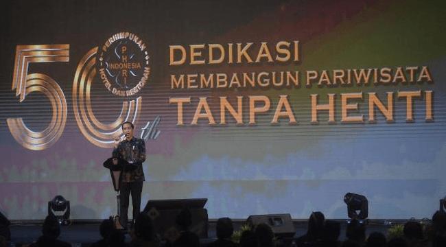 Presiden Joko Widodo berpidato saat menghadiri HUT ke-50 Perhimpunan Hotel dan Restoran Indonesia (PHRI) di Jakarta, Senin (11/2).