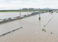 Susasana jalan tol Trans Jawa ruas Ngawi-Kertosono pada KM 603-604 yang terendam banjir di Desa Glonggong, Balerejo, Kabupaten Madiun, Jawa Timur, Kamis (7/3/2019). (Foto:Antara)