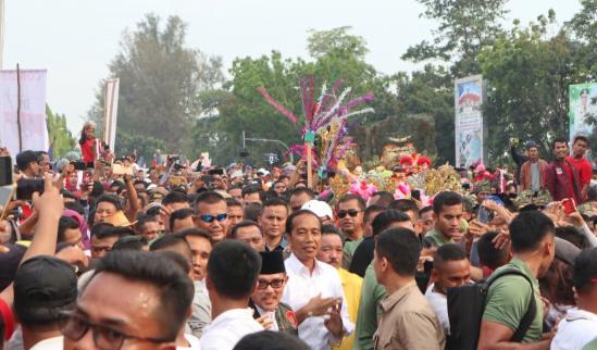 Puluhan Ribu warga Dumai sambut kedatangan Jokowi.