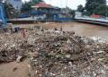 Penampakan sampah di Pintu Air Manggarai pasca-banjir di DKI Jakarta.