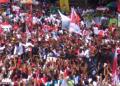 Jokowi bersama Iriana Jokowi menyalami para pendukung di Purwokerto.