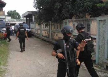 Tim Gegena (Jibom) Polri membawa satu kardus berisi bahan-bahan pembuat bom dari toko Wanky Cell, Bekasi Kota, Kamis siang, 9 Mei 2019.
