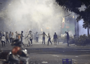 Gas air mata yang ditembakkan Polisi kepada para perusuh Bawaslu.