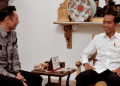 Presiden Jokowi saat bertemu dengan AHY di Istana negara.