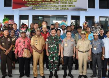 Panglima TNI Marsekal Hadi Tjahjanto bersama Kapolri Jenderal Tito Karnavian bersama para tokoh-tokoh Papua di Biak. (Foto: Puspen TNI)