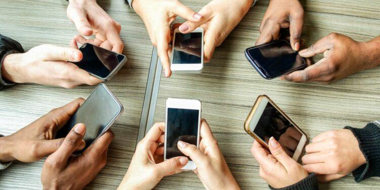071587600_1574393510-Waspadai-Berbagai-Efek-Kecanduan-Ponsel-pada-Kesehatan-By-DisobeyArt-Shutterstock_553608886
