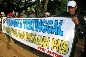 20130429 AljonAliSagara_Demo PNS Honorer Indonesia 01