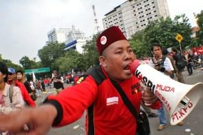 """Buruh meneriakkan """"Revolusi"""""""