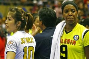 Manokwari Valeria (kanan) menuai kekalahan saat melawan Popsivo PGN