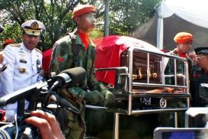 Kapolri beserta Kepala Staf TNI mengiringi jenazah