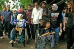 Disabilitas berkomunikasi dengan Gubernur Jokowi dalam perjalanan menuju halte Balaikota, Jakarta Pusat. ( Tajuk.co / Aljon Ali Sagara )