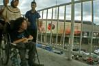 Menyeberangi jembatan penyeberangan menuju halte busway Senen, Jakarta Pusat. ( Tajuk.co / Aljon Ali Sagara )