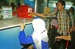 Mengakses pelayanan kartu e-tiketing (Tiket elektronik)kereta Commuter Line Jabodetabek. ( Tajuk.co / Aljon Ali Sagara )