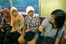 Penumpang penyandang tuli berkomunikasi bahasa isyarat di gerbong penumpang umum. ( Tajuk.co / Aljon Ali Sagara )