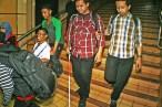 Bersama pendamping mitra netra usia dewasa menuruni anak tangga menuju lobby stasiun. ( Tajuk.co / Aljon Ali Sagara )