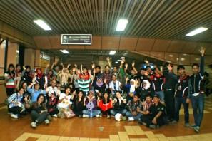 Komunitas disabilitas Jakarta Barrier Free Tourism (JBFT) berfoto bersama di stasiun Commuterline Jabodetabek. ( Tajuk.co / Aljon Ali Sagara )
