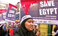 Ratusan baliho kecaman ditujukan kepada kudeta militer di Mesir. (Aljon Ali Sagara / BeritaKedaulatan.com) 20130816-AksiSolidaritasMesir04_aljonalisagara-bk