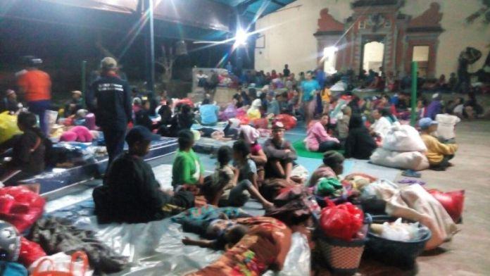 hingga-tengah-malam-jumlah-pengungsi-gunung-agung-capai-1-600-orang-PIPOx5buH8
