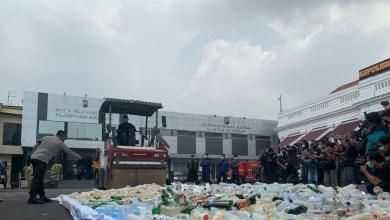 Photo of Hari Pertama Puasa, Polrestabes Surabaya Gilas 4 Ribu Botol Miras