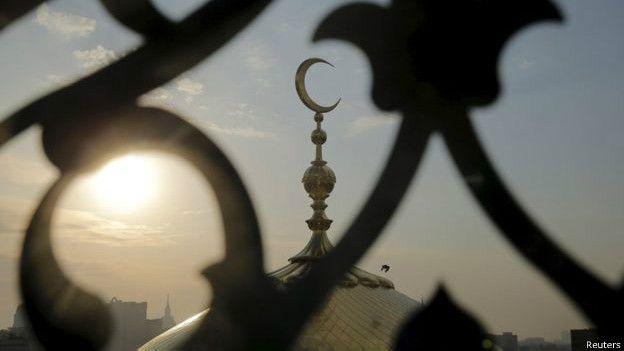 Rusia memiliki lebih dari 80 mufti alias pemimpin agama Islam yang memimpin komunitas Muslim, tetapi pengaruh dan sikap mereka sangat beragam.