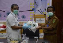 Photo of KLHK Salurkan APD Ke RSUD Arifin Ahmad Riau