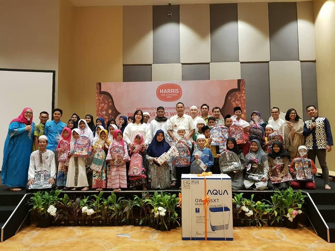Suasana HARRIS Hotel and ConventionsBekasi Buka Bersama Puluhan Anak Yatim dari Yayasan Assuada Bekasi