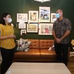 Foto Caption: Presiden Direktur PT Hero Supermarket Tbk, Patrik Lindvall dan Country Marketing Manager IKEA Indonesia, Dyah Fitrisally memberikan penjelasan tentang peluncuran Katalog IKEA 2021 yang diluncurkan secara eksklusif dalam bentuk digital tahun ini. Melalui katalog digital ini, IKEA menawarkan berbagai inspirasi dengan koleksi terbaru yang terjangkau untuk berbagai ruangan di dalam rumah untuk pelanggan, Selasa, (22/9).