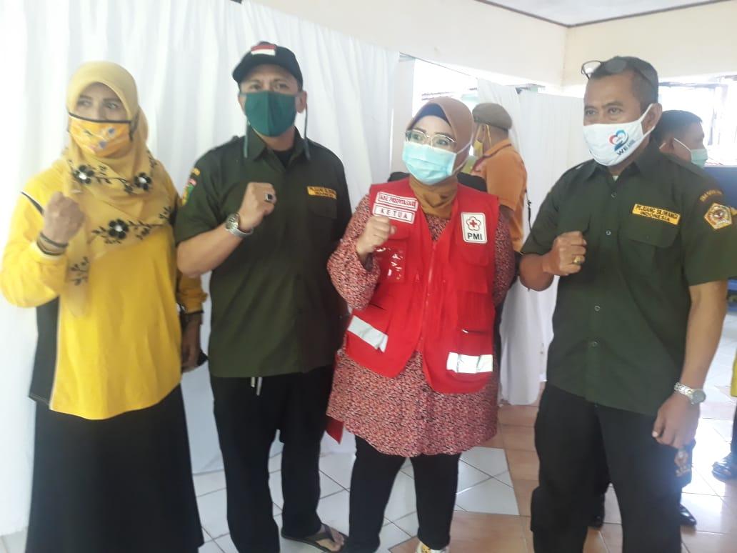 Caption Foto : Foto Bersama Ade Puspitasari bersama para Tokoh Kepemudaan dan Staf Kecamatan, Kamis, (21/1).