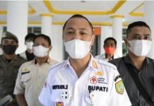 Ded/BERITA SAMPIT - Bupati Barsel H. Eddy Raya Samsuri ST, saat diwawancarai beritasampit.co.id