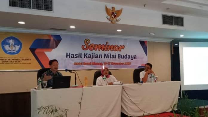 Dra. Zusneli Zubir, M.Hum. saat Seminar Hasil Kajian Nilai Budaya yang digelar BPNB Sumbar laporkan hasil penelitian eksistensi Kerajaan Jambu Lipo, Senin 16 November 2020 di Padang. (Dok. Istimewa)