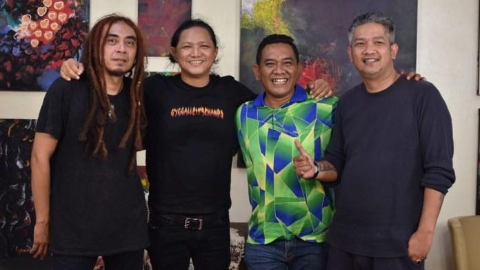 Foto bersama saat AM. Kuncoro dengan Steven & Tege Coconut Treez jalani recording lagu Mimi Mintuno Tresno pada Jumat 28 Mei 2021 di Prima Founder Studio - Yogyakarta. (Dok. Istimewa)