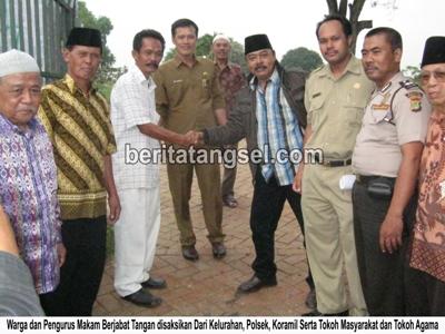 61787781Warga dan pengurus makam TPWM Pondok Kacang Timur